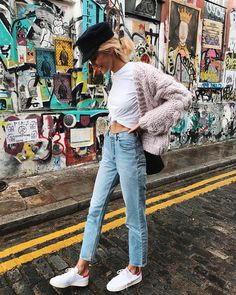 casual street style look + denim + cozy sweaters + fall fashion+ sneakers +moto cap Mode Outfits, Winter Outfits, Casual Outfits, Fashion Outfits, Womens Fashion, Fashion Trends, Quoi Porter, Business Outfit, Look Cool