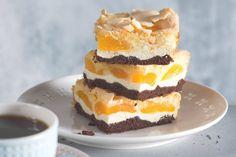 Tříbarevný koláč s tvarohem a meruňkami | Apetitonline.cz Cupcake Cakes, Cupcakes, Sweet Cakes, Tiramisu, Ham, Cheesecake, Food And Drink, Cooking Recipes, Pudding