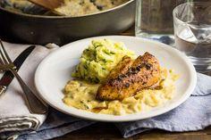 Recept voor gegrilde kip voor 4 personen. Met zout, boter, water, olijfolie, peper, kipfilet, champignon, aardappelschijfjes, kookroom, tijm, bieslook, ui en melk