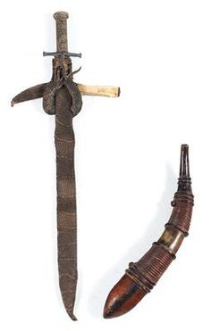 Mixed lot (3 items): Sudan and West Africa, tribes: Beni Amer and Mandingo: an old sword of the Beni Amer in Sudan, called 'Kaskara', with etched blade and a sheath made of lizard skin; a curved dagger as an accessory knife, and a powder horn of the Mandingo, West Africa.