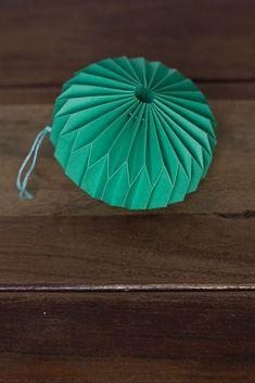 DIY origami ornament – Paper things pretty: turn into mobile Diy Origami, Origami Paper Folding, Origami And Kirigami, Origami Tutorial, Diy Tutorial, Origami Ornaments, Paper Ornaments, Origami Vestidos, Papier Diy