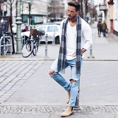 """Daniel en Instagram: """"be real Longsleeve: @livefastdieyoung_de Jeans: @hm Boots: @shoethebear Scarf: @zara"""""""