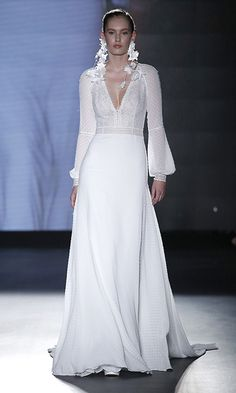 Bishop sleeves were another big trend at Barcelona Bridal Week 2018, for example in this Rosa Clara wedding dress with a feminine, simple silhouette.