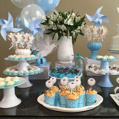 Cupcakes de brigadeiro branco, biscoitos decorados (anjos), cata-vento e lindas austromelias