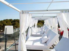 Η Μαγιόρκα μας συστήνει ένα ξενοδοχείο... μόνο για γυναίκες! Majorca, Outdoor Furniture, Outdoor Decor, Terrace, Home Decor, Garden Furniture Outlet, Sidewalk Cafe, Decoration Home, Patio
