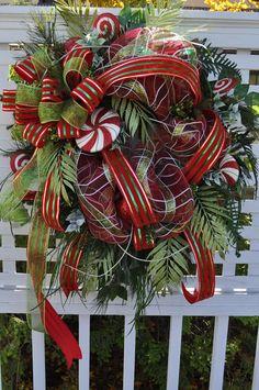 Christmas Wreath with | http://christmasdecorstyles.13faqs.com