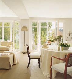 Nesta casa o branco predomina e se alia à luz natural para criar espaços claros e acolhedores.   Reparem como a casa se abre para o jardim,...