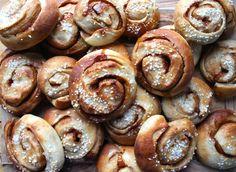 kannelbullar Small Coffee Shop, Buns, Doughnut, Cinnamon, Sausage, Sweet Tooth, Vegan Recipes, Treats, Desserts