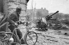 Russians,free bicycles and 10,5 cm leichte Feldhaubitze 18/40 (10,5 cm le.FH 18/40 L/28)