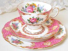 He encontrado este interesante anuncio de Etsy en https://www.etsy.com/es/listing/235758959/floral-tea-set-teacup-trio-royal-albert