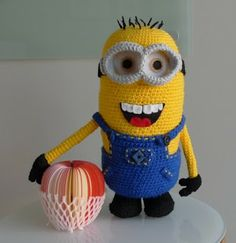 free crochet pattern for minion (in German, but there's a link to the English pattern as well)