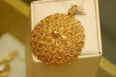 Gold Pendent, Pendant, Gold Jewelry Simple, Gold Earrings Designs, Gold Locket, Bvlgari, Gold Fashion, Gold Bangles, Cold Sore