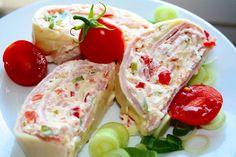 Sýrová roláda 12-19 plátků tvrdého sýra 200g šunky Nápln: 130 g pomazánkového másla 2 lžíce majonézy 1 lžíce hořčice 2 vejce uvařená natvrdo trochu zelené natě (pažita, petrželka,cibulka/ červená paprika sterilované kyselé okurky