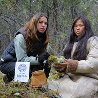 Los autóctonos de la República de Tuva comparten sus conocimientos sobre recolecta de plantas silvestres con los componentes de la expedición de Natura Sibérica.