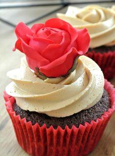 cupcake mit Rose #fivepetalcutter #fivepetal #rose #cupcakes #cupcake #rosa #sugarrose #sugarflowers