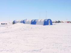 La station Blue One c'est une tente demi-cylindrique de 15 m de longueur sur 4 m de large. On y cuisine, on y mange, on y vit. Le soir venu tout le monde dort dehors sous des petites tentes de montagne.