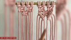 Aprenda a fazer 14 tipos diferentes de nós de macrame para decorar a sua casa [Video] Macrame Dress, Macrame Curtain, Macrame Bag, Micro Macrame, Craft Stick Crafts, Yarn Crafts, Macrame Wall Hanging Diy, Crochet Gratis, Creation Deco