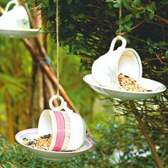 10 super simple DIY bird feeders for spring!Vintage tea cups DIY Bird feeder tutorial - A really quick and easy DIY project idea! Perfect crafts idea for kids.Upcycling Ideas for Plant Markers or Plant Labels Garden Crafts, Garden Projects, Diy Crafts, Upcycled Crafts, Decor Crafts, Deco Nature, Diy Bird Feeder, Teacup Bird Feeders, Gifts For Pet Lovers