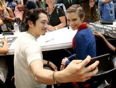 """Steven Yeun and Lauren Cohan during AMC's """"The Walking Dead"""" autograph signing on Day 2 of Comic-Con International on July 2016 in San Diego, California Walking Dead Memes, The Walking Dead 3, Glenn Y Maggie, Steven Yuen, Twd Comics, Real Tv, Maggie Greene, Glenn Rhee, Lauren Cohan"""