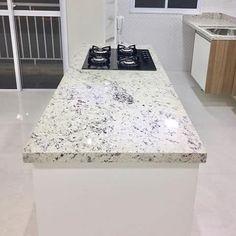 Granito Branco Dallas: Preço, Mancha? Veja Fotos! Granito Dallas, Kitchen Island, Home Decor, Black Banister, White Granite, Light Shades, Stones, Types Of Granite, Stains