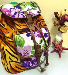 Mochila de Tela, detalles en semi cuero, material impermeable al estar laminado con plástico en su interior y estampado tropical.. Ideal para cualquier época del año, llevando color contigo donde vayas 😉