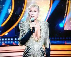 Xuxa Meneghel capricha no decote para 'Dancing Brasil' ao vivo