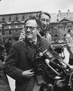 Robert Doisneau // Portrait de Willy Ronis et de Pierre Jahan à moto, Paris, années 1950.