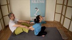 Típica técnica del masaje tailandés que se utiliza para estirar los músculos pectorales, deltoides, etc ayudandonos con los pies para hacer palanca. Es frecuente el uso de esta técnica para decoaptar las vertebras torácicas Reflexology Massage, Trigger Points, Back Exercises, Massage Therapy, Physical Therapy, Yoga Fitness, Physics, Sport, Health