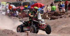 El piloto boliviano hace su paso por una zona poblada de espectadores en la ciudad de Iquique (Chile). Marcha en la quinta posición en la general