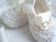 Meninas, estava eu fuçando pela internet dias atrás e olha o que encontrei: Sapatilhas para daminhas customizadas! Todas lindas e charmosas! Pena que não é fácil encontrar sapatilhas tão lindas assim por aqui, né? Mas vale a inspiração...