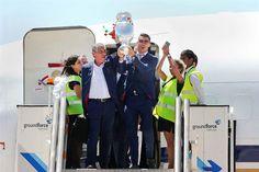 O avião com a seleção de Portugal acabou de aterrar em Portugal. O voo da Gain Jets, com o código Champ16, aterrou em Lisboa às 12.39 horas desta segunda-feira. Milhares de pessoas à espera.