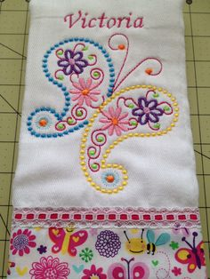 Panitos de Bebe !! Embroidery Stitches, Machine Embroidery, Embroidery Designs, Baby Burp Cloths, Baby Bibs, Childrens Towels, Baby Sewing Projects, Baby Bedding Sets, Baby Accessories
