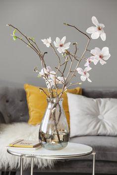 Sira glassvase med vakre magnoliagreiner. Glass Vase, Vases, Living Room, House Styles, Plants, Trays, Home Decor, Deco, Decoration Home