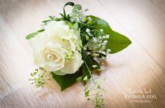 white rose wedding flower clip by (c) radmila kerl wedding photography munich  Blumenanstecker für den Bräutigam oder Trauzeugen mit weißer Rose und Perle von (c) Radmila Kerl Hochzeitsfotografie München