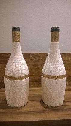 Duo de garrafas decorativas de barbante cru.  *Valor referente às duas garrafas*  Ideais para decoração, presente, lembrança etc.  Temos tipos personalizados de acordo com a necessidade do comprador.  Para encomendas, favor consultar.