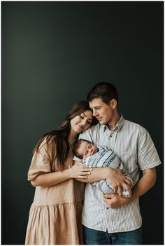 Baby and parents Photography in black & white Newborn Family Pictures, Family Photos With Baby, Family Picture Poses, Newborn Baby Photos, Newborn Poses, Sibling Poses, Family Posing, Family Portraits, Family Pics