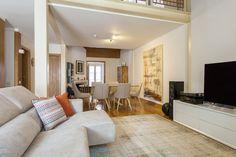 Sofá / almofadas decorativas / tapete / móvel TV / mesa de vidro / cadeiras / tela grande