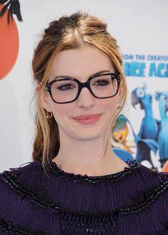 Pin for Later: 77 Stars, die Brillen rocken Anne Hathaway