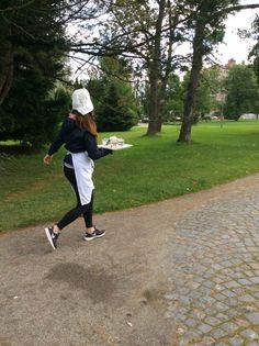 Kiireinen tarjoilija rastilla oli juostava tarjotin kädessä lammen ympäri