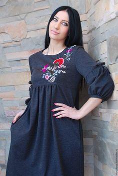 """Купить Трикотажное серое платье """"Скромное очарование"""" с ручной вышивкой - серый, однотонный, платье с вышивкой"""