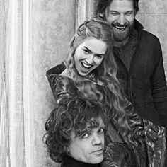 """Eles não conseguem se segurar e riem até chorar durante as ~sessões de fotos oficiais~   43 vezes em que os atores de """"Game of Thrones"""" foram melhores amigos na vida real"""