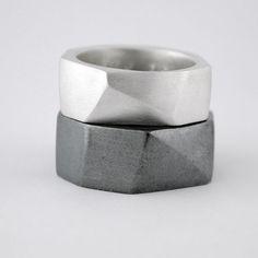 <p><strong>Alianza de plata</strong> de ley con forma geométrica.<br />Este es un producto hecho a mano por lo que cada anillo puede ser ligeramente diferente que el otro.<br />Los anillos de plata pueden tener un acabado oxidado, como ves en la foto, o un acabado plata mate. Solo debes indicarlo en tu pedido.<br />Usted recibirá su pedido entre 15 y 20 días, si se encuentra en España y entre 20 y 30 días para todos los pedidos fuera de España.</p>