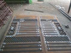 Steel Gate Design, Front Gate Design, House Gate Design, Door Gate Design, Metal Bending Tools, Front Gates, Iron Steel, Modern House Plans, Dj