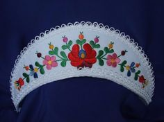Hungarian headdress, The mantle on the head of the daughters is the emblem of virginity. Made with handmade embroidery pattern. Its color is white with colorful Tambour Embroidery, Hungarian Embroidery, Embroidery Patterns, Cushion Ring, Pink Ring, Folk Art, Headdress, Mantle, White Lace