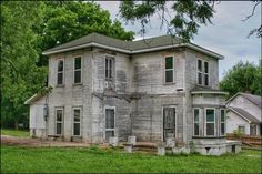 Old Abandoned Houses, Interior And Exterior, Garage Doors, Farmhouse, Mansions, House Styles, Outdoor Decor, Buildings, Home Decor