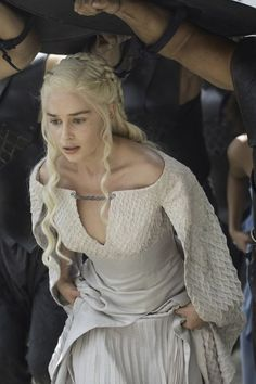 Daenerys Targaryen (Emilia Clarke) from Holy Mother of Dragons! All the Epic Game of Thrones Season 5 Moments Emilia Clarke Daenerys Targaryen, Game Of Throne Daenerys, Dany Targaryen, Deanerys Targaryen, Costumes Game Of Thrones, Arte Game Of Thrones, Game Of Thrones Characters, Infj Characters, Narnia