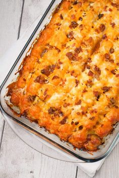Cheesy Tater Tot Meatloaf Casserole is an easy ground beef dinner recipe with a meatloaf base, topped with a ketchup and bbq sauce glaze, tater tots, shredded cheese and crumbled bacon. Beef Recipes For Dinner, Ground Beef Recipes, Cooking Recipes, Yummy Recipes, Beef Casserole Recipes, Ground Beef Casserole, Meatloaf Recipes, Hamburger Casserole
