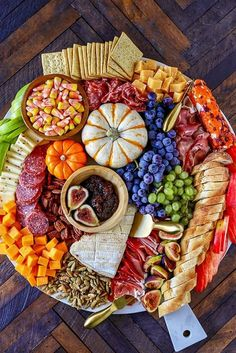 Harvest Charcuterie Board - Easy Fall Appetizer - No. 2 Pencil This easy to make Charcuterie Board is perfect for parties, and can be served as a fun dinner or as an easy fall appetizer for a bigger party. Colorful and packed with delicious meats, cheeses Halloween Appetizers For Adults, Halloween Finger Foods, Appetizers For Kids, Thanksgiving Appetizers, Halloween Food For Party, Appetizer Recipes, Halloween Dinner, Appetizer Ideas, Easy Halloween