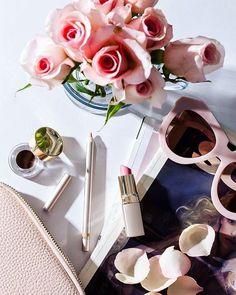 Maquiagem, flores e moda! Vamos encher o nosso dia das coisas que toda diva aprecia 🌷 #amey #love #flower #fashion #flatlay #mood #pink #sunglasses #office #makeup #maquiagem #beauty #instagramers #instagood #instaphoto