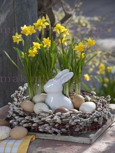 next Easter with daffodils instead of the eternal pillar candles . - next Easter with daffodils instead of the eternal pillar candles More - Easter Table, Easter Eggs, Easter Dinner, Easter Flowers, Diy Ostern, Deco Floral, Floral Design, Easter Holidays, Easter Wreaths